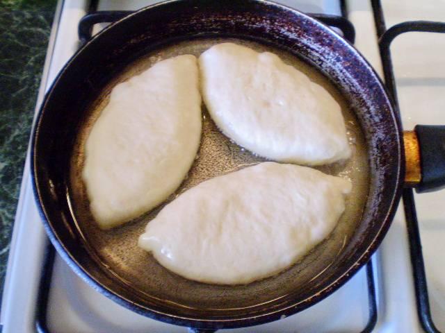 12. Выкладываем пирожки в раскаленное масло, масла должно быть много, чтобы пирожки хорошо поднимались. И жарим.