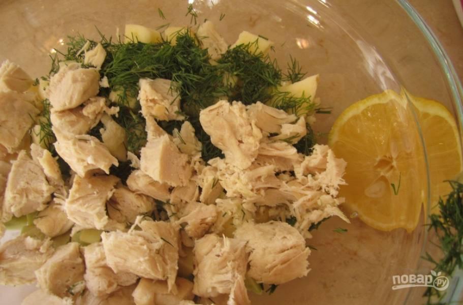 2. Отварим и остудим курицу, режем ее кусочками. Добавим к овощам, также добавим зелень и специи по вкусу.