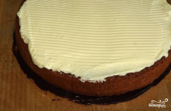 Коржи промажьте кремом и уложите друг на друга так, чтобы средний корж был тот, который с шоколадом.