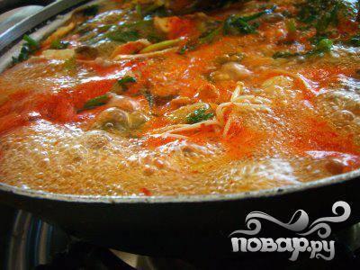2.В большой кастрюле разогреть масло на среднем огне. Добавить рубленый сладкий перец,  морковь, лук и сельдерей. Варить около 5 минут, пока овощи не станут мягче. Добавьте чеснок, зелень и специи. Варите помешивая еще 1 минуту.