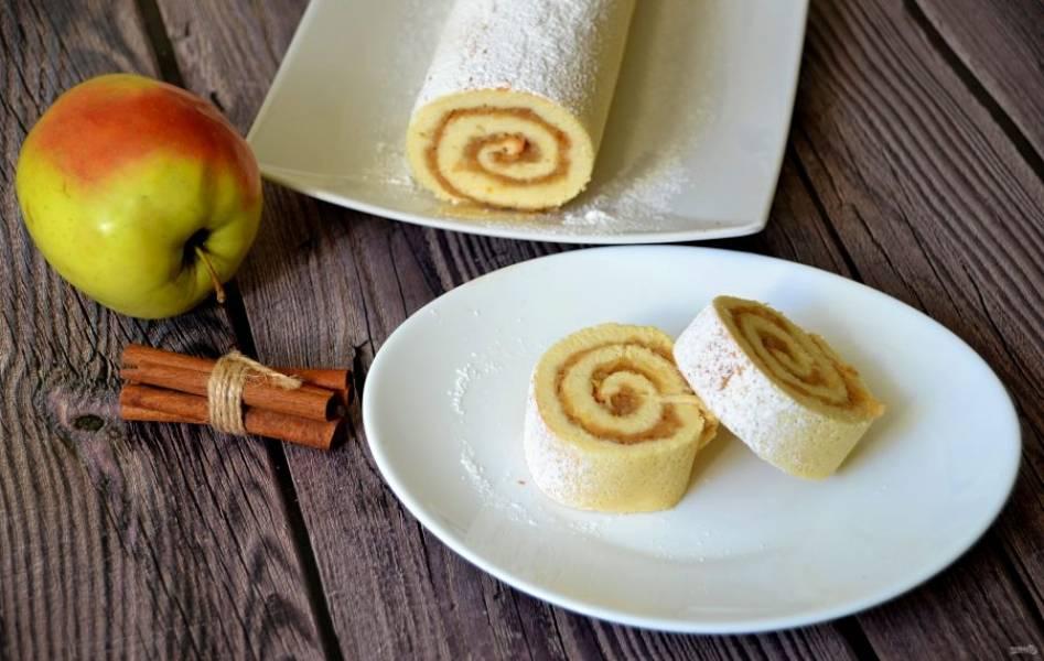 А теперь зовите всех домашних к столу на вкусное чаепитие с яблочным рулетом, выпечка получилась  очень вкусная.