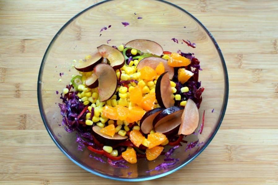 Добавьте нарезанные дольками или ломтиками сливы, очищенный и филетированный апельсин, консервированную кукурузу и небольшой сладкий перец.