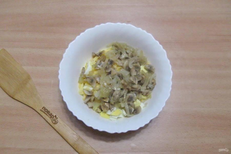 Выложите жареные грибы с луком.