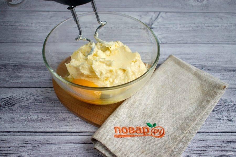 Сливочное масло, сахарную пудру и ванилин соедините в чаше, перемешайте миксером до однородности. Добавьте яйцо, взбейте.
