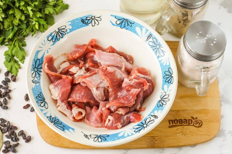 Баранину промойте в воде, мясо тщательно очистите от пленок и жил с каждой стороны, иначе они его перекрутят в процессе приготовления. Нарежьте мясо на части.