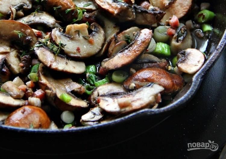 1.Вымойте грибы и нарежьте пластинками. Нарежьте небольшими кусочками панчетту, измельчите зеленый лук. Разогрейте сковороду со сливочным маслом, добавьте панчетту и обжарьте до мягкости, затем выложите грибы. Спустя 1-2 минуты добавьте зеленый лук, нарезанный тимьян, соль и хлопья перца чили. Обжаривайте все на среднем огне около 10 минут.