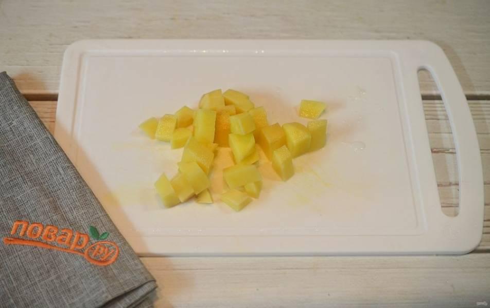 8. Картофель почистите и нарежьте кубиком, добавьте в кастрюлю.