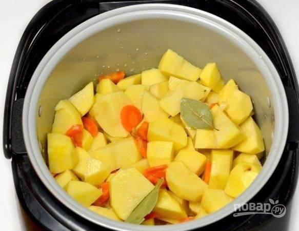 4. После выложите картофель. Добавьте соль, специи для вкуса и аромата.