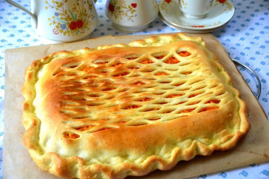 Пирог получился нарядным и очень вкусным, а благодаря добавлению рома, начинка приобрела необыкновенно изысканный вкус. Ставьте чайник и зовите к столу своих родных!
