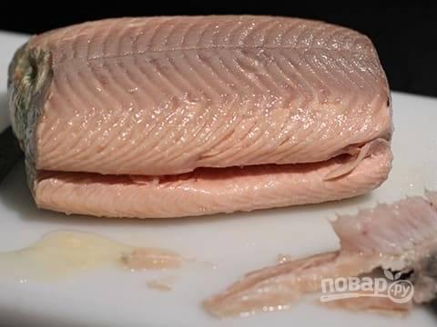 Когда рыба сварится, аккуратно снимите с нее пленку и освободите от кожи.