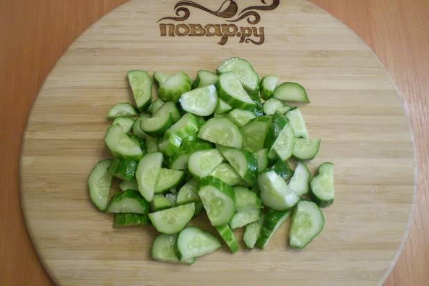 Порежьте огурчики, как на салат.