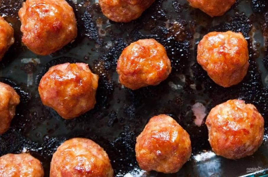 5.Подавать шарики можно в качестве закуски на шпажках или в колечках ананаса.
