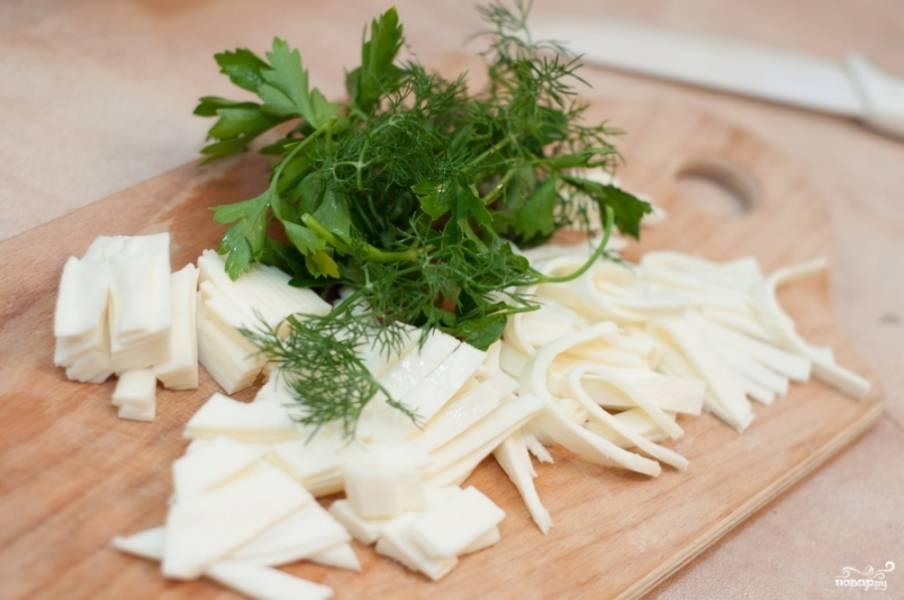 Сыр сулугуни и брынзу порежьте мелко или даже можете натереть на терке. Зелень промойте, обсушите и мелко порубите.