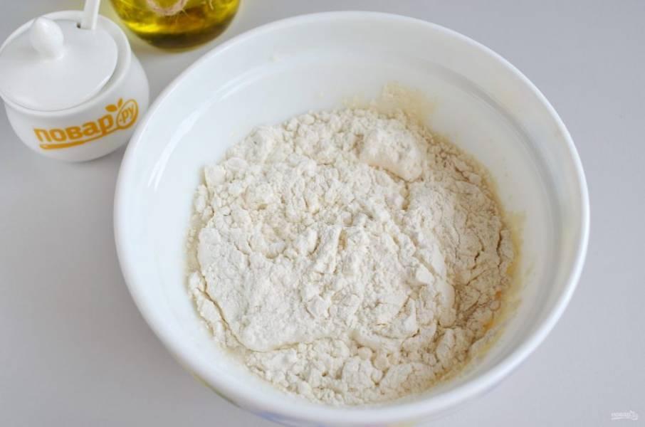 3. Просейте муку, введите её частями в тесто, может понадобиться чуть меньше или чуть больше муки, чем указано в рецепте. Тесто не должно быть липким, но и не должно быть крутым.