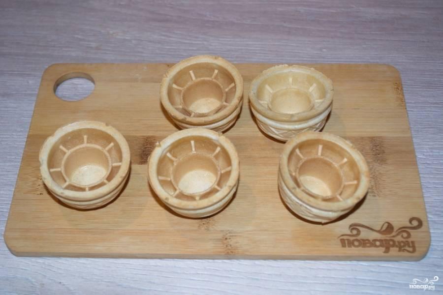 Подготовьте тарталетки.  Тарталетки бывают нескольких видов. Все зависит от вида теста, из которого они приготовлены. Мои тарталетки вафельные. Бывают песочные.