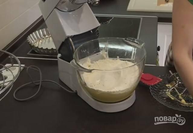 4. Просейте муку и добавьте большую часть в тесто. Оставьте 5-6 ст. ложек для замеса. Сюда же отправьте соль и соду, погасив ее уксусом.