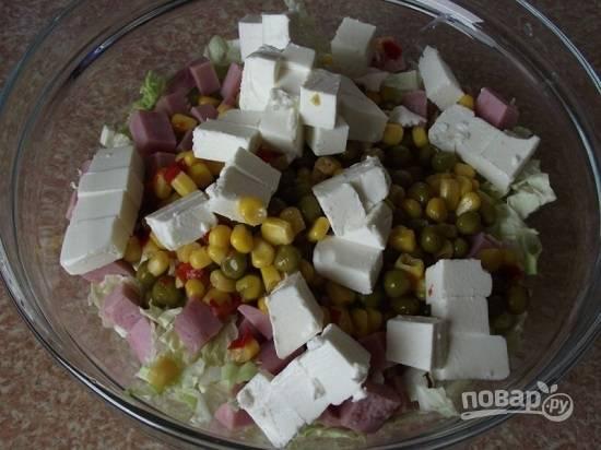 Сыр нарезаем кубиками, добавляем в салатник.