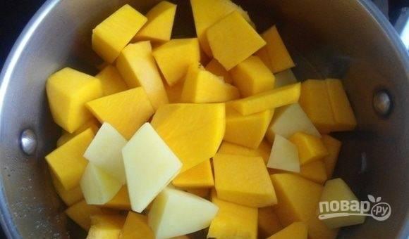 Почистите, промойте и нарежьте крупными кубиками картофель с тыквой. Отправьте их следом в кастрюлю.