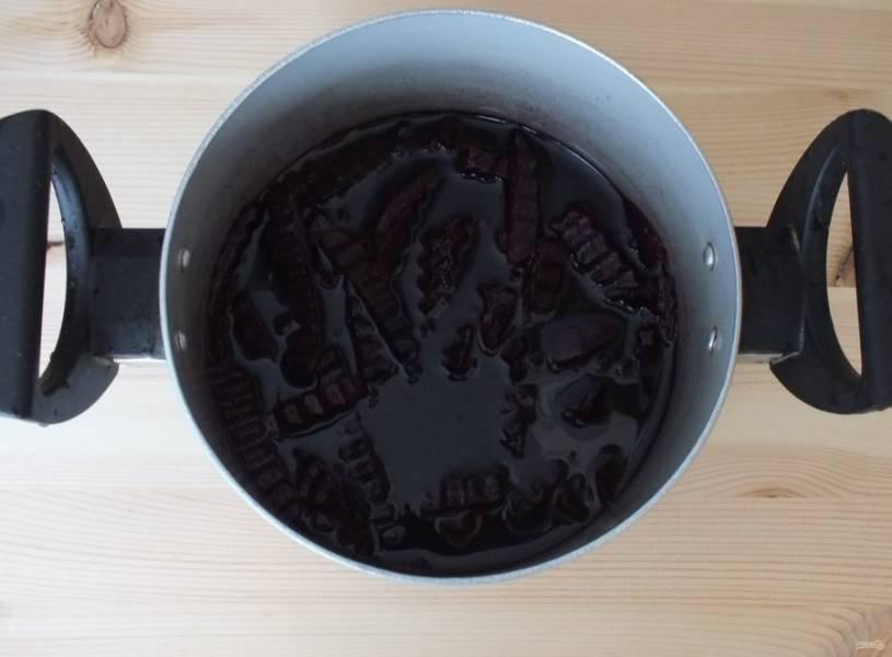 Нарезанную свеклу положите в кастрюлю и залейте водой, в которой она варилась. Но только, чтобы слегка покрыла свеклу.