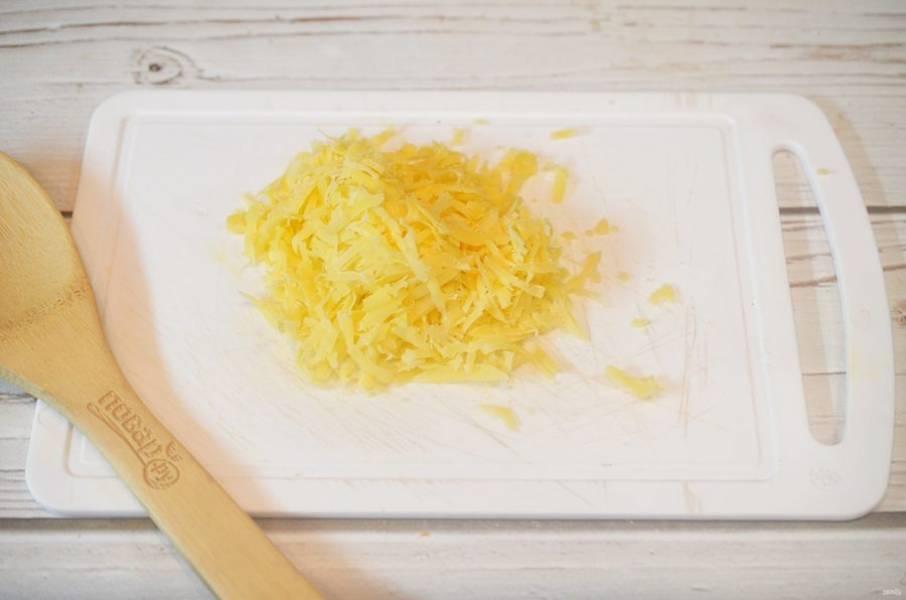 13. Сыр натрите и посыпьте рыбу с овощами. Запекайте еще 10 минут.