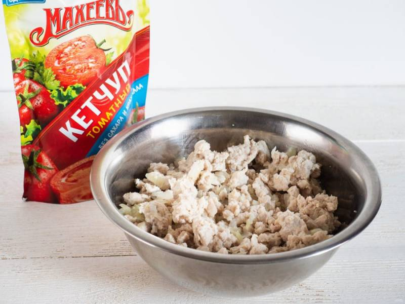 Потушите фарш с луком в сковороде до полуготовности с 1 ст.л. воды. Посолите по вкусу.