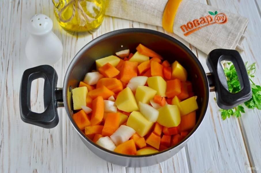 В антипригарной кастрюле растопите кусочек сливочного масла и обжарьте на сильном огне овощи. После влейте овощной бульон, посолите немного и варите суп 20-25 минут.
