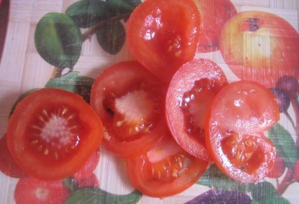 3. Шинкуем помидоры кольцами среднего размера. Берите среднеспелые томаты, чтобы лучше было нарезать и готовить.