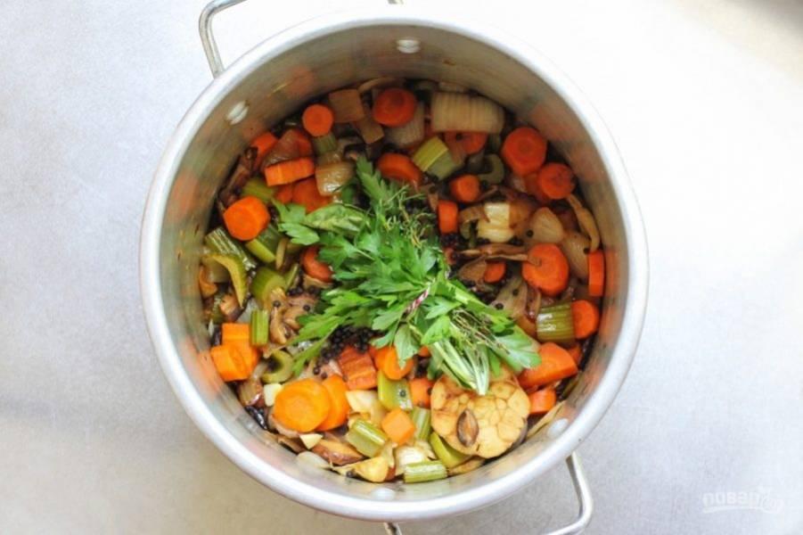 Петрушку, тимьян и базилик свяжите в один пучок, отправьте его в кастрюлю вместе с курицей и перцем. Залейте 2-2,5 литрами воды.