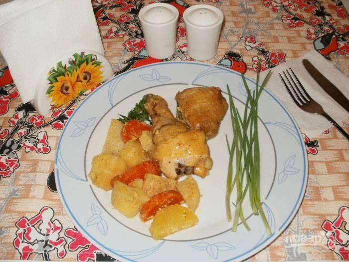 Запекать блюдо будем около часа, чтобы все успело тщательно приготовиться. Подаем курочку и овощи горячими.