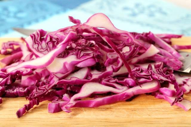 5. В рецепт приготовления салата под соусом можно использовать не только фиолетовую капусту, но и другие овощи по вкусу.