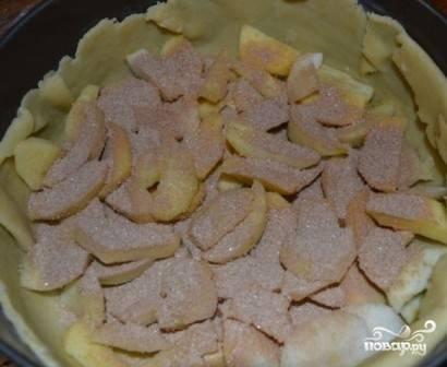 Посыпаем яблоки смесью сахара и корицы (примерно 1,5 ст. ложки).