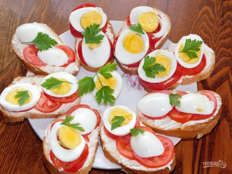 Чесночные бутерброды с яйцами и помидорами