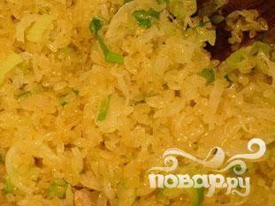 """Добавить рис. Тщательно перемещать и обжарить в течении 2-3 минут, пока он не станет """"жемчужным""""."""