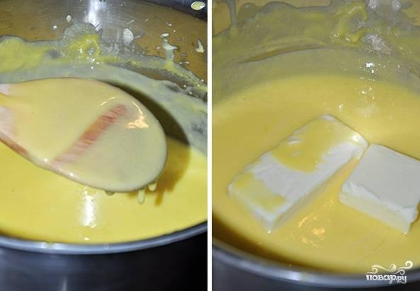Влейте молоко и поставьте крем на небольшой огонь вариться, помешивая его постоянно. Когда крем загустеет, добавьте в него еще масла сливочного и столовую ложку ванильного экстракта. Готовый крем должен остыть, потом его можно поставить в холодильник на хранение.