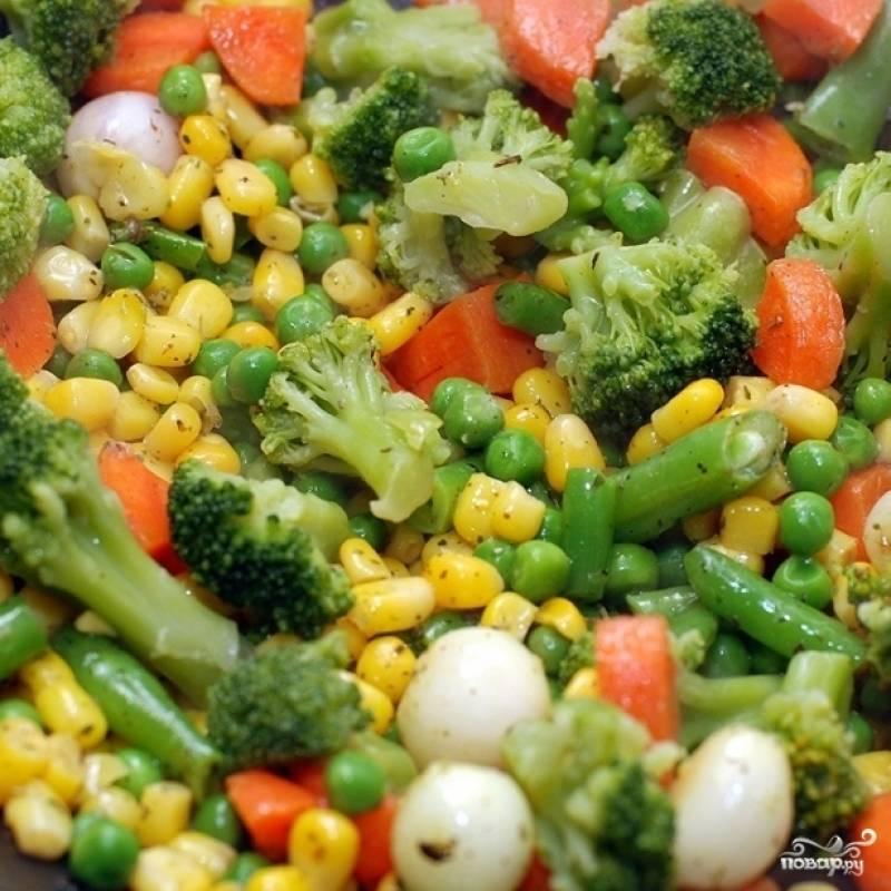 Добавляем брокколи и обжариваем около 5 минут, после чего наливаем в вок полстакана кипяченой воды или бульона, накрываем вок крышкой и тушим около 15 минут до готовности овощей.