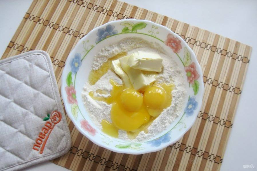Желтки отделите от белков и добавьте в миску.