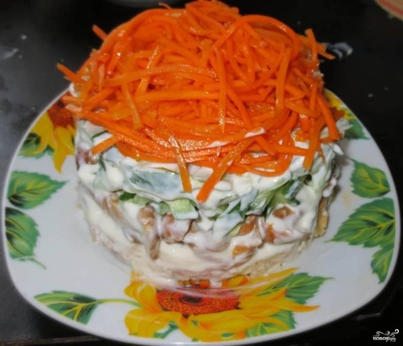 И в самом конце выложите морковь. Это будет последний слой нашего салатика. Приятного аппетита!