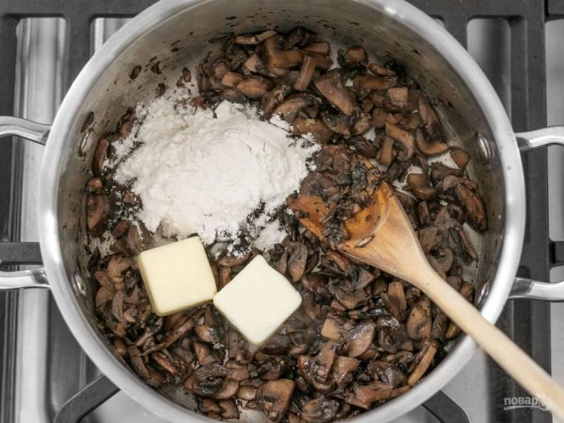3.После того как влага испарится и грибы станут темно-коричневого цвета, добавьте в кастрюлю сливочное масло и муку.
