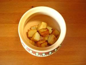 12. В горшочки выкладываем поджаренный  картофель вместе с остатками масла.
