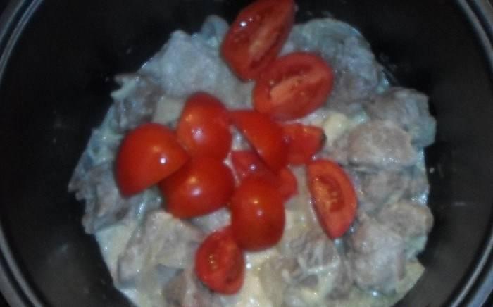 """Готовьте в режиме """"Тушение"""" 10 минут, затем добавьте сыр и порезанные помидоры. Далее готовьте до готовности мяса и овощей."""