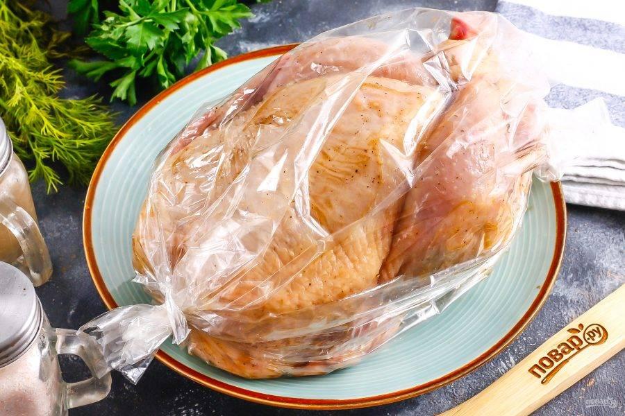Разогрейте духовку до 180 градусов. Поместите птицу в рукав для запекания и выложите на форму. Затем поместите форму в духовку. Выпекайте 1 час. Спустя 50 минут вскройте рукав для запекания и дайте цыпленку подрумяниться 10 минут.