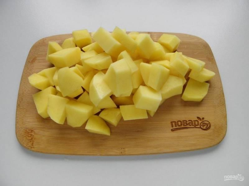 4. Картофель очистите и порежьте достаточно крупно.