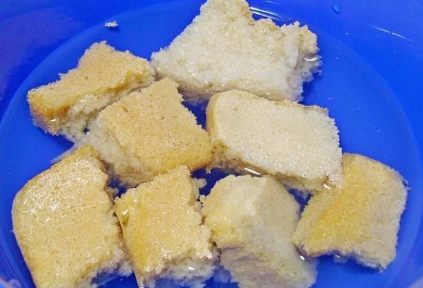 Белый хлеб заливаем водой (или молоком) и оставляем на пару минут размокать.