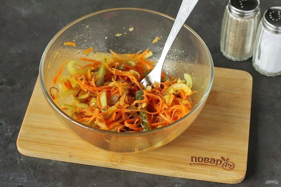 Хорошо перемешайте. Салат с морковью и солеными огурцами готов. Можно подавать его сразу же, но лучше дать ему настояться пару часов в холодильнике.