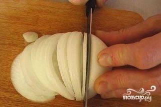 Лук почистить и нарезать тонкими полукольцами.