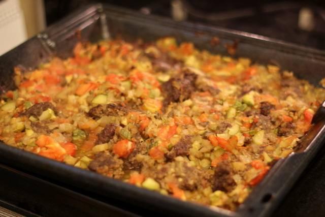 Ставим противень в разогретую до 200 градусов духовку, запекаем все, пока фарш не покроется золотистой корочкой. После этого достаем противень, перемешиваем овощи с фаршем и ставим блюдо запекаться еще на 30-40 минут. Как только овощи станут мягкими, блюдо можно подавать к столу. Приятного всем аппетита!