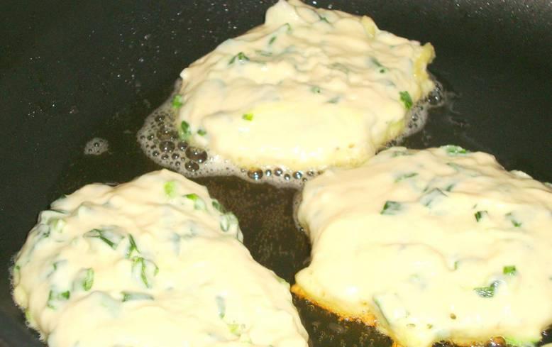 Разогрейте на сковороде растительное масло, ложкой выкладываем оладьи и обжариваем их с двух сторон до красивого золотистого цвета.