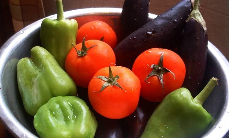 Тщательно промываем все овощи.