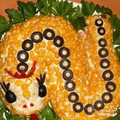 Осталось украсить блюдо зеленью - и салат Змейка готов. Приятного Нового года! :)