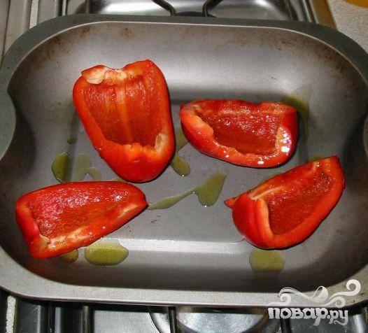 3.Разрезать болгарский перец на четыре части и удалить семена и серединку. Сбрызнуть перец двумя ст.л. оливкового масла и поставить в предварительно разогретую духовку на 15 минут.